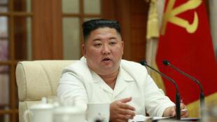 朝中社8月25日發布新聞照片,顯示金正恩出席勞動黨一次中央政治局擴大會議。