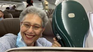Myrna dentro do avião com seu instrumento-Divulgação