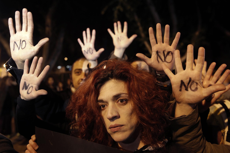 Manifestants à Nicosie après l'annonce du rejet du plan de sauvetage par le Parlement chypriote.