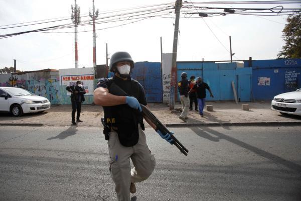 Santiago (Chili) : la police a été appelée en renfort pour disperser les gens qui s'étaient rassemblés devant un foyer de migrants haïtiens où certaines personnes ont été contaminées au Covid-19.