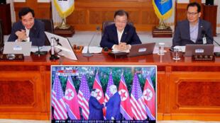 Le président Moon-Jae-in regardant le déroulement du sommet de Singapour à la télévision, Séoul, le 12 juin 2018.