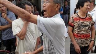 愤怒的乌坎村民在村党支部办公室外抗议土地回收过慢2012年9月21日中国广东乌坎