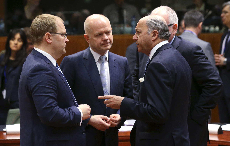 """""""Estamos tentando parar o movimento da Rússia em direção à Ucrânia e, por outro lado, estabelecer um diálogo"""", disse o ministro das Relações Exteriores francês, Laurent Fabius, (à dir.), durante reunião em Bruxelas.."""