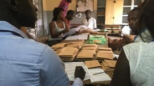 Contagem dos votos, em Dakar, depois da eleição lesgislativa, a 30 de Julho de 2017