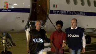 Présenté comme un redoutable criminel, le jeune Erythréen avait fait plusieurs fois la une des journaux. Ici à son arrivée à Palerme, 8 juin 2016.