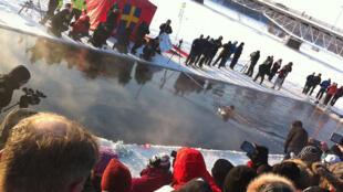 Compétition de nage hivernale à Skelleftea, en Suède, en février 2012.