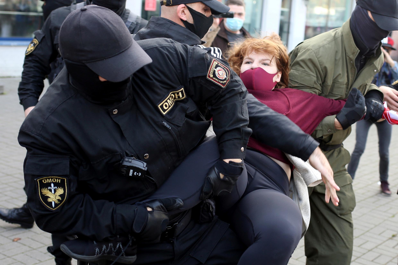 Polícia de choque detem manifestantes em Minsk no dia 19 de Setembro