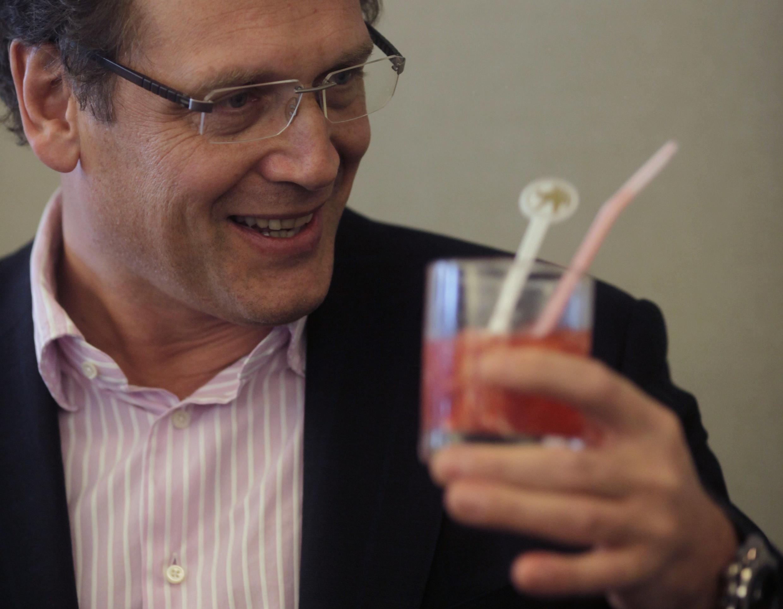 O secretário-geral da Fifa, Jerôme Valcke, bebendo uma  caipirinha  em uma reunião em Brasília