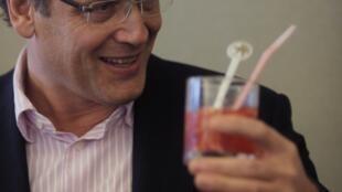 """El Secretario General de la  FIFA, Jerome Valcke, bebiendo una  """"caipirinha""""   durante una reunión en Brasilia sobre los preparativos del Mundial 2014"""