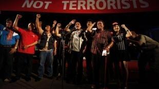 Les leaders des « chemises rouges » face à des milliers de manifestants à Bangkok, le 10 mai 2010.