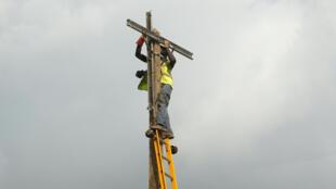 Un ouvrier installe un pylône électrique dans le disctrict d'Ojodu, à Lagos, le 28 septembre 2016.