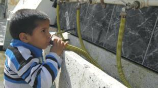 En Palestine, cet enfant réfugié s'abreuve grâce à l'UNRWA... mais le problème de l'eau reste majeur.