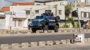 Un véhicule blindé dans le quartier de Cadjehoun, celui de l'ancien président du Bénin, Thomas Boni Yayi, le 1er mai 2019 à Cotonou.