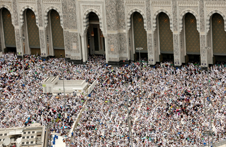 Peregrinos muçulmanos rezam na mesquita de Al Masjid Al-Haram, em Meca, na Arábia Saudita