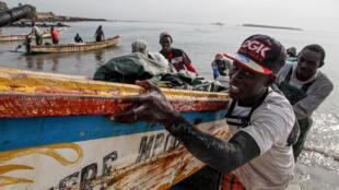 A Dakar, le port de pêche artisanal de Soumbedioune compte 270 pirogues en activités, qui font vivre plus d'un millier de personnes.