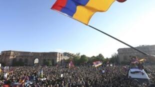 Протестующие в центре Еревана после объявления об отставке премьера Сержа Саргсяна 23 апреля 2018