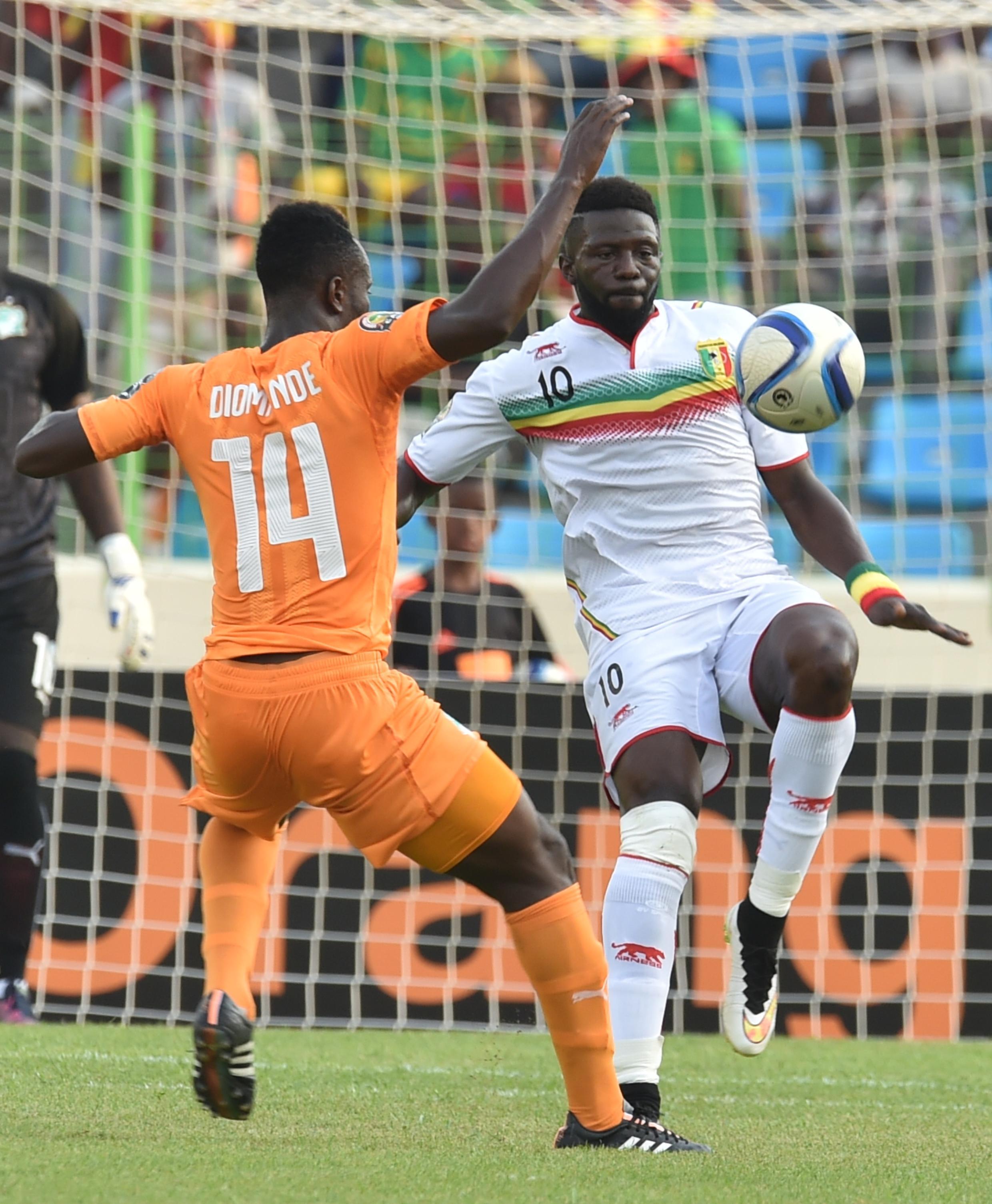 Mali's Bakary Sako with Cote D'Ivoire's Ismaël Diomandé.