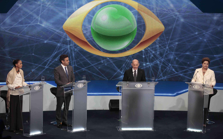 Presidenciáveis iniciam o primeiro debate na TV da campanha.