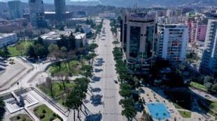 Vue aérienne de Tirana vide, le 13 mars 2020. L'Albanie a intensifié ses mesures pour contenir la propagation du COVID 19 et interdit la circulation de toutes les voitures (sauf les services d'urgence) pendant 3 jours.