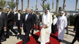 O emir do Qatar, o xeque Hamad ben Khalifa al-Thani, chegou nesta terça-feira à Faixa de Gaza e foi recebido pelo chefe de governo do Hamas, Ismail Haniyeh