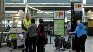 Passageiros no aeroporto de Lisboa.