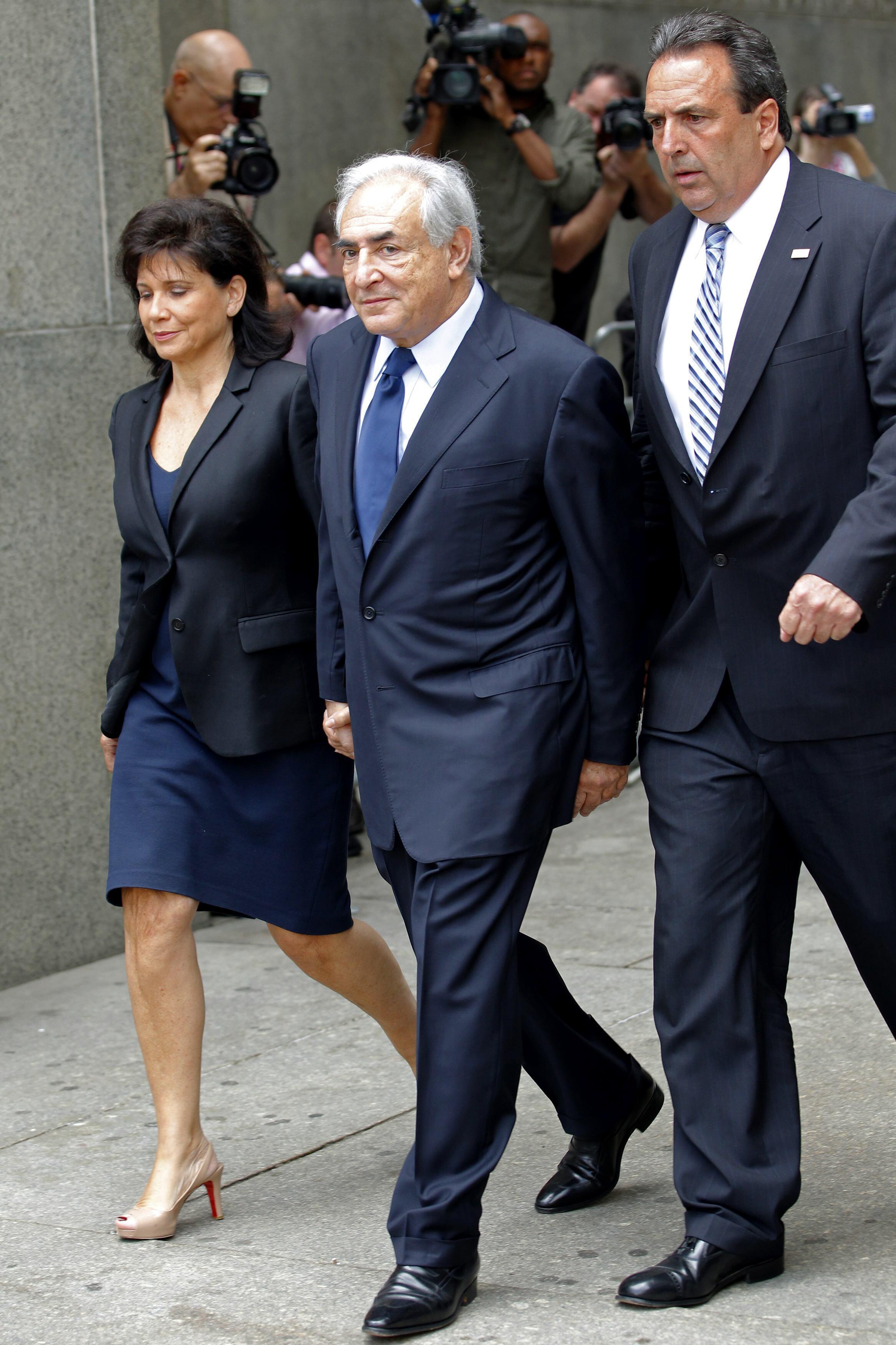 Dominique Strauss-Kahn e sua esposa, Anne Sinclair, deixam o tribunal de Nova York acompanhados por um segurança