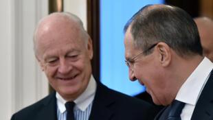 Le ministre russe des Affaires étrangères (D) reçoit le représentant pour la Syrie auprès des Nations unies, Steffan de Mistura (G), à Moscou, le 4 novembre 2015.