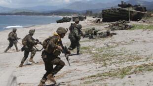 Thủy quân lục chiến Mỹ và Philippines cùng tập trận ở tỉnh Zambales, phía bắc Manila, ngày 23/10/2011