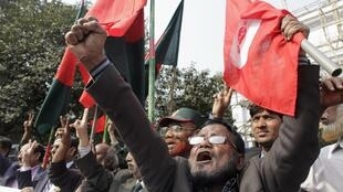 Members of Bangladesh Muktijoddha Sangsad, a welfare association for combatants who fought during the war for independence from Pakistan in 1971, shout slogans after a war crimes tribunal sentenced Abul Kalam Azad to death in Dhaka 21 January 2013