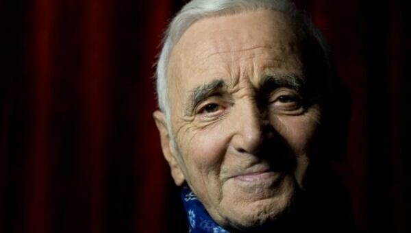 Charles Aznavour nos dejó en 2018 con 94 años y centenas de canciones de amor.
