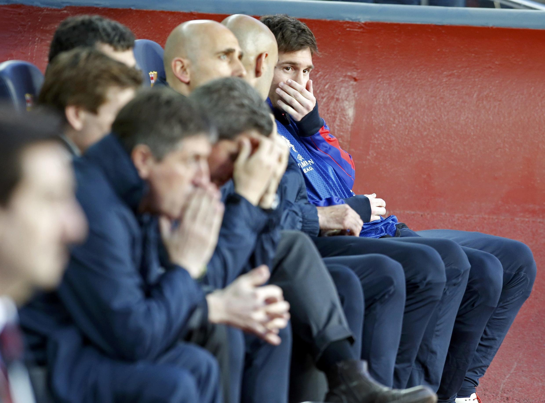 Lionel Messi (à droite) assiste impuissant à la défaite du Barça face au Bayern.
