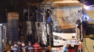"""اتوبوس توریستی که در اثر انفجار یک بمب دستساز، روز جمعه ٧ دی/ ٢٨ دسامبر در استان """"جیزه"""" واقع در جنوب قاهره پایتخت مصر منفجر شد."""