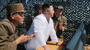 O líder norte-coreano Kim Jung Un supervisiona o teste do motor de foguete no Sohae Space Center, em 20 de setembro de 2016