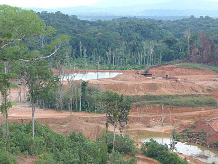 Região de garimpo em plena floresta na Guiana Francesa. Região tornou-se palco de conflitos constantes devido ao preço do ouro