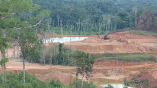 Site d'orpaillage légal près de Maripasoula. Il existe des techniques innovantes mise au point en Guyane pour faire repartir la forêt sur un site industriel.