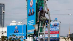 Des affiches du Parti du peuple cambodgien visibles à Phnom Penh, au Cambodge, le 26 juillet 2018.