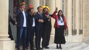 O presidente francês, Emmanuel Macron, com o cacique Raoni e a índia Kayula.