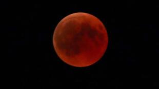 Во время затмения Луна всегда окрашивается в красный цвет