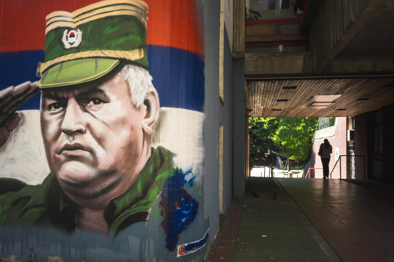 Un mural del general serbobosnio Ratko Mladic en Belgrado, Serbia, el 8 de junio de 2021