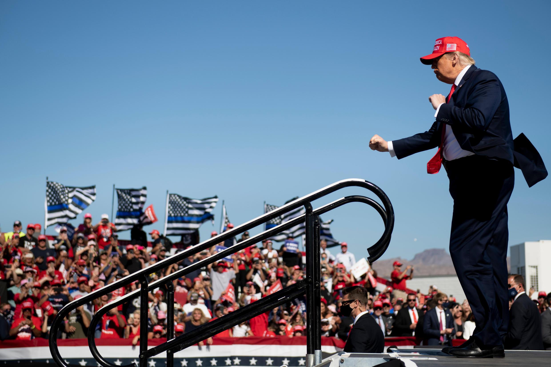 El presidente de Estados Unidos, Donald Trump, baila frente a sus seguidores al terminar un mitin en Arizona, el 28 de octubre de 2020