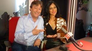 La cantante mexicana Karla Lazo con Jordi Batallé en RFI