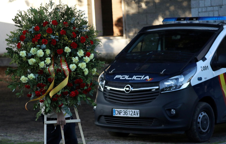 Uma coroa de flores é vista ao lado de um veículo da polícia em frente ao cemitério Mingorrubio-El Pardo, onde o falecido ditador espanhol Francisco Franco será enterrado novamente em Madri, Espanha, em 24 de outubro de 2019.