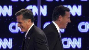 O candidato Mitt Romney, à direita, cruza com seu principal rival nas primárias republicanas, Rick Santorum, em um debate realizado na emissora de televisão CNN em fevereiro.