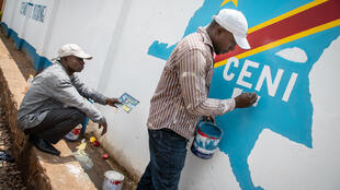 Devant l'un des bureaux de la Céni à Kinshasa, RDC.