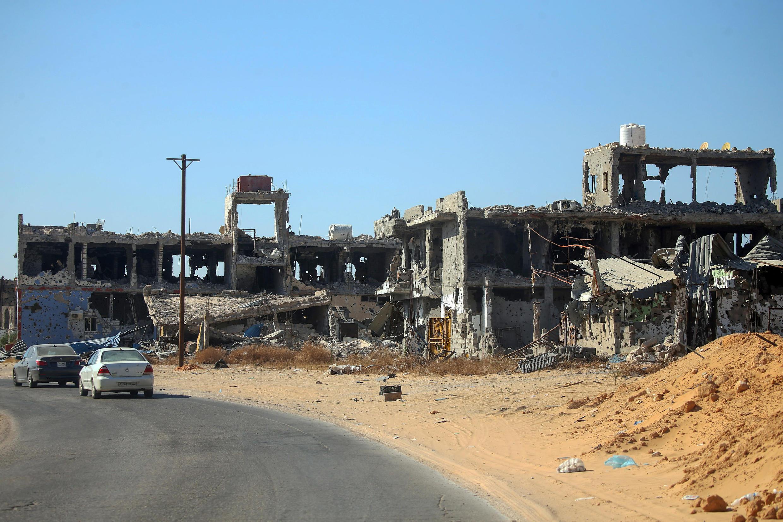 Cảnh hoang tàn đổ nát ở Tripoli sau 14 tháng đọ súng giữa hai phe GNA ở phía Tây và ANL ở phía đông Libya.