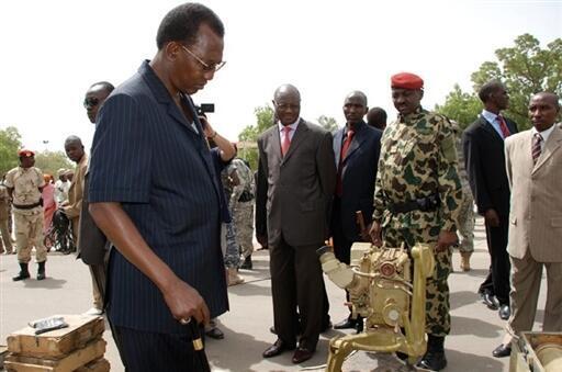 Le président tchadien Idriss Déby, le 20 mai 2009, inspecte les armes confisquées aux rebelles soudanais.