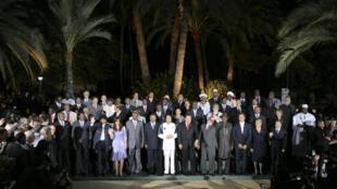 El coronel Muamar Kadafi, (en el centro de la foto) junto a los representantes que asistieron a la Cumbre América Latina/Africa, en la Isla Margarita en Venezuela, el 28 de septiembre de 2009. (foto de archivos)