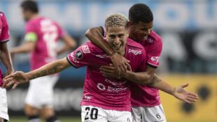 Cristian Ortiz (I) celebra un gol para Independiente del Valle ante Gremio en la Copa Libertadores el 14 de abril de 2021 en Porto Alegre, Brasil