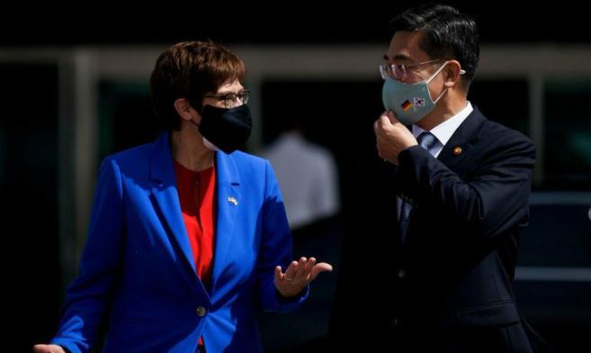 德韩两国国防部长资料图片