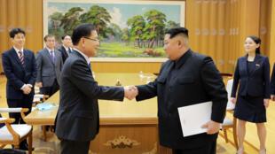 O líder da Coreia do Norte, Kim Jong Un, cumprimenta Chung Eui-yong, que comanda a delegação sul-coreana de 10 membros, em Pyongyang, Coréia do Norte, 6 de março de 2018.